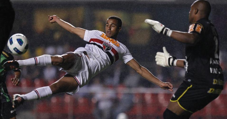 Lucas tenta um voleio na vitória do São Paulo por 3 a 1 sobre o rebaixado América-MG