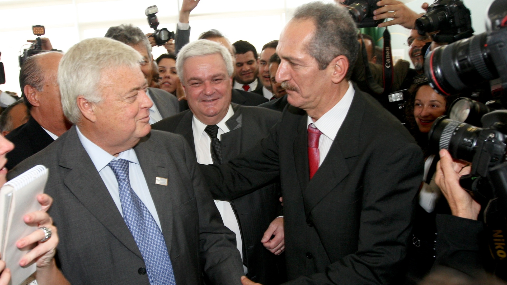 Ricardo Teixeira cumprimenta Aldo Rebelo na posso do novo Ministro do Esporte (31/10/2011)