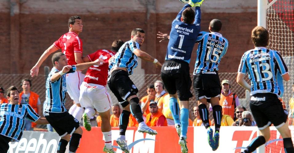 Victor sai do gol para afastar cruzamento do Internacional no duelo contra o Grêmio, válido pela última rodada do Brasileirão