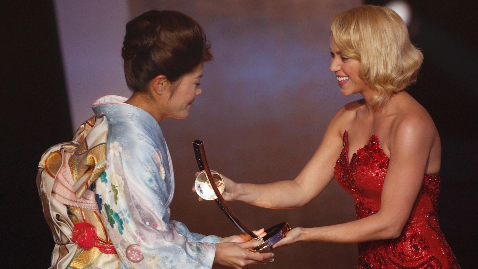 Jan.2012 - Shakira entrega o troféu à japonesa Homare Sawa, eleita a melhor jogadora do mundo em premiação da Fifa