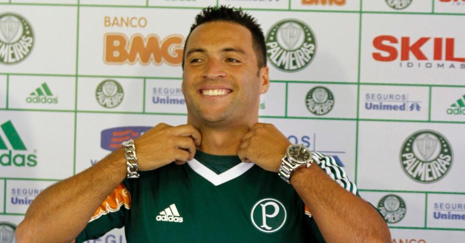 Daniel Carvalho é apresentado como novo reforço do Palmeiras. A camisa ficou apertada, e o meia admitiu que está acima do peso