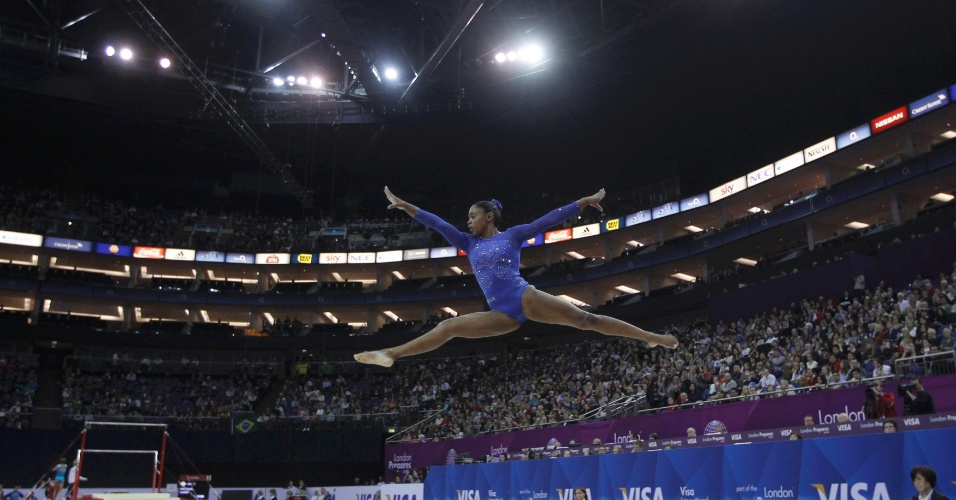Daiane dos Santos se exibe no solo durante o Pré-Olímpico de ginástica, em Londres (11/1/2012)