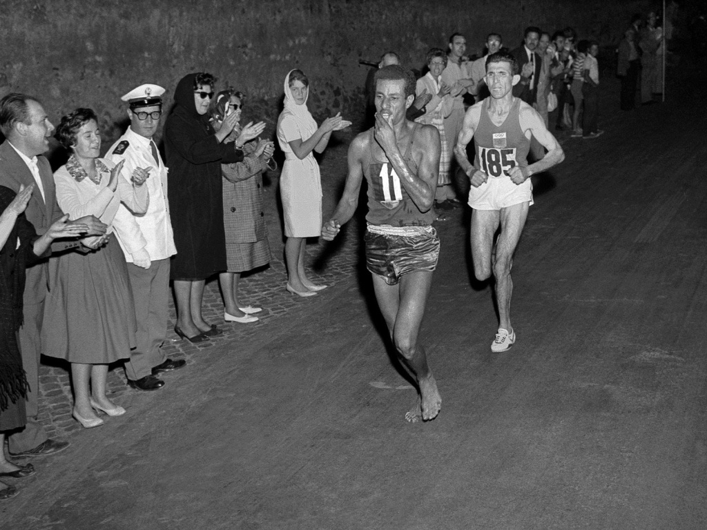 O etope Abebe Bikila corre descalo pelas ruas de Roma rumo  vitria na maratona olmpica