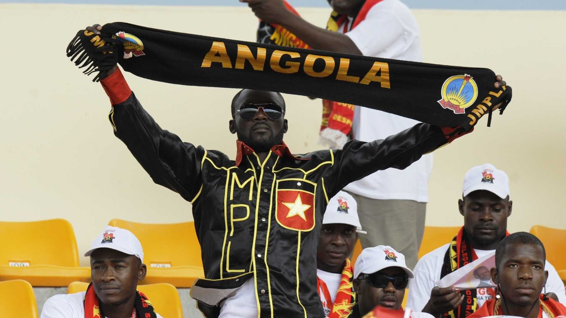 Fantasiado, torcedor de Angola comparece ao jogo de sua seleo contra Sudo
