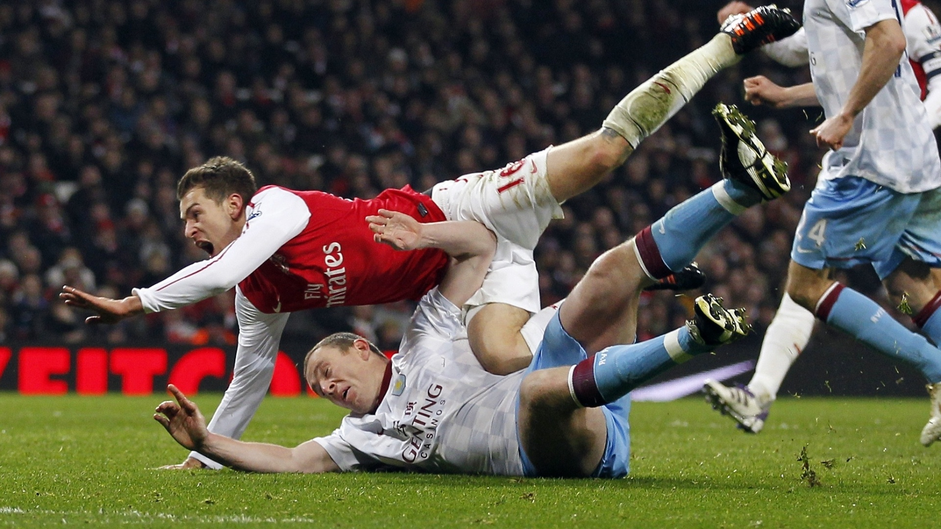 Aaron Ramsey, do Arsenal, sofre pênalti cometido por Richard Dunne, do Aston Villa
