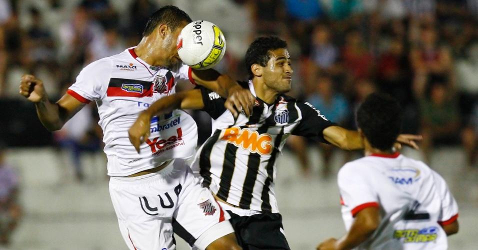 Alan Kardec disputa a bola com a zaga do Paulista; atacante marcou o gol de empate do Santos