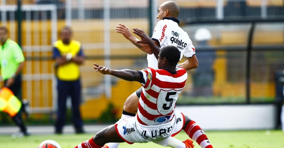 Emerson, do Corinthians, sofre com a marcação da defesa do Linense durante a vitória por 1 a 0 do Timão