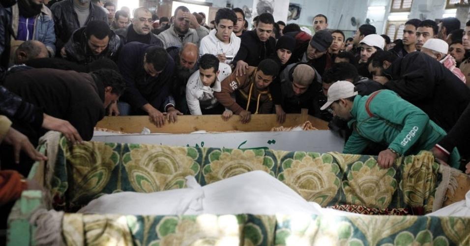 Os corpos das vítimas do confronto em Port Said começaram a ser velados nesta quinta-feira