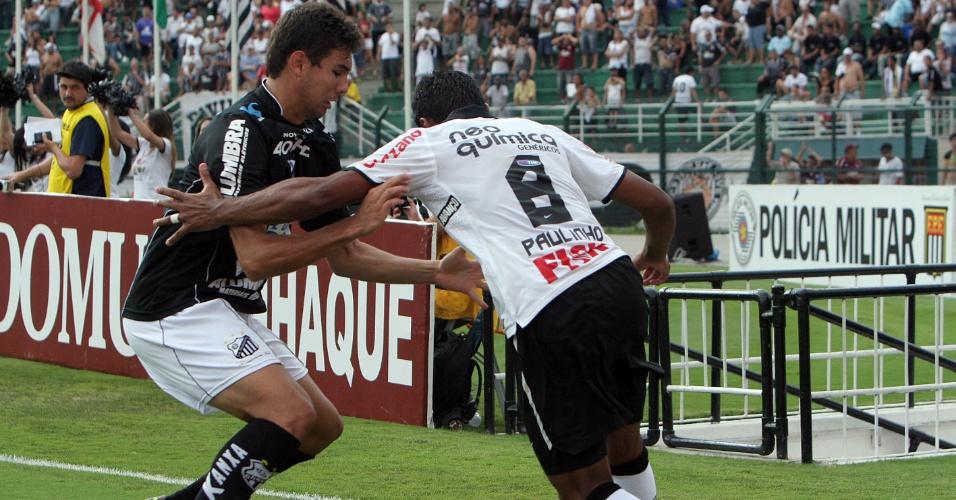 Corintiano Paulinho tenta jogada na linha de fundo na partida contra o Bragantino pela 5ª rodada do Paulistão (05/02/2012)