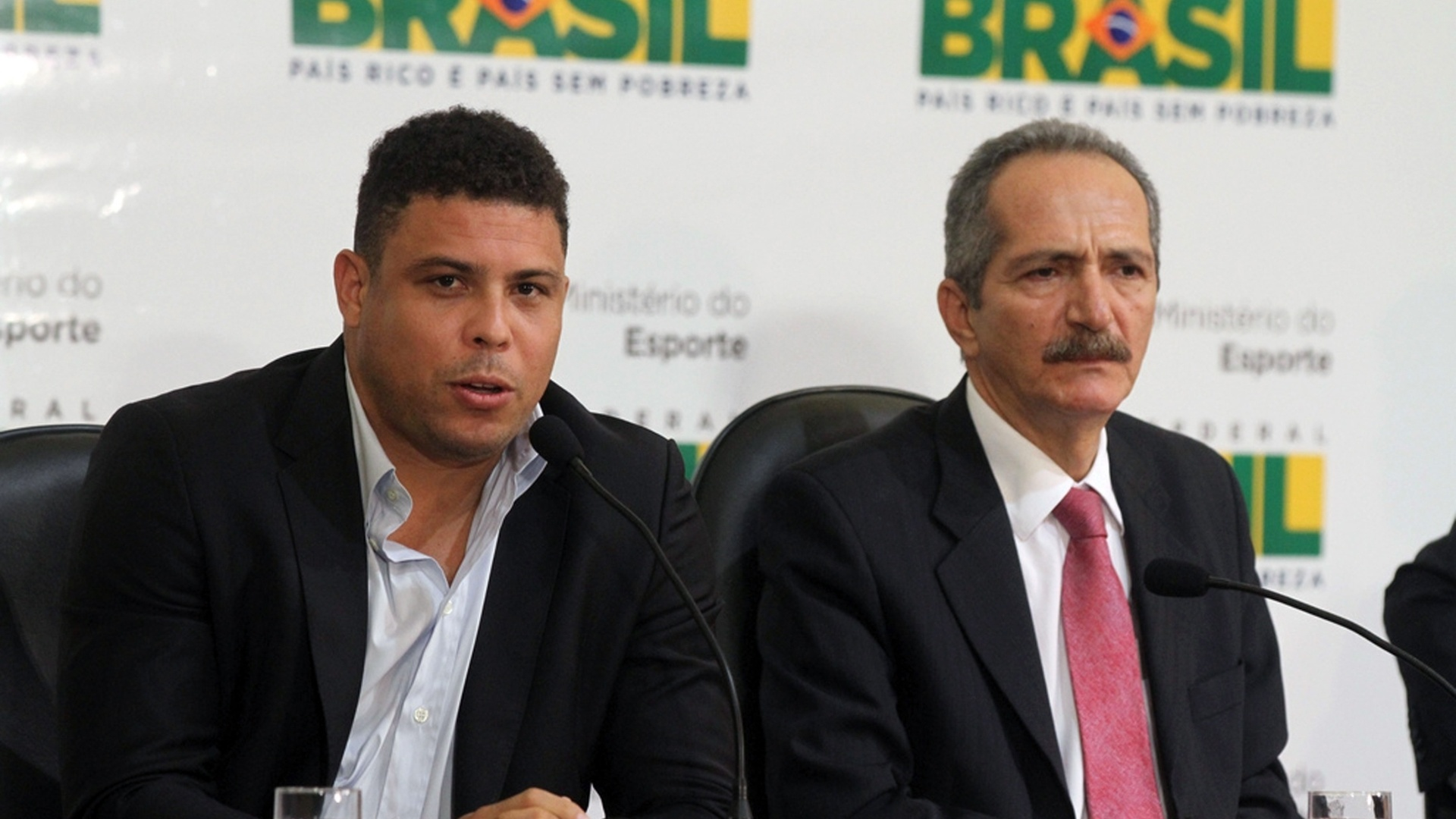 O ministro do Esporte, Aldo Rebelo, com o ex-jogador Ronaldo Nazario, durante coletiva de imprensa sobre a preparao da Copa do Mundo de 2014 (14/1/2012)