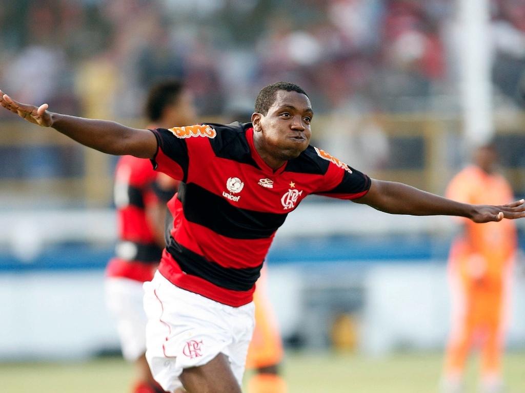 http://e.imguol.com/esporte/2012/02/12/renato-abreu-comemora-o-gol-do-flamengo-contra-o-caxias-neste-domingo-1329081161364_1024x768.jpg