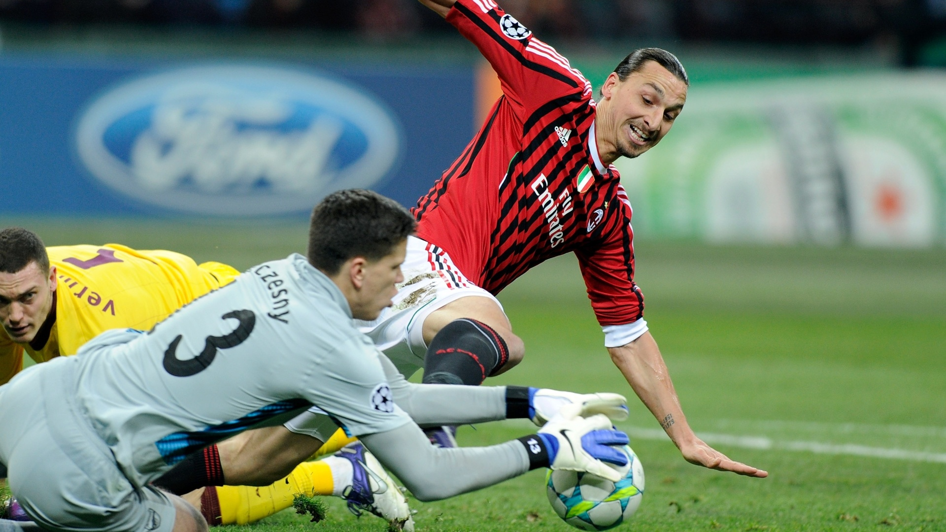 Ibrahimovic, do Milan, disputa bola com o goleiro do Arsenal, Szcezesny (15/02/2012)