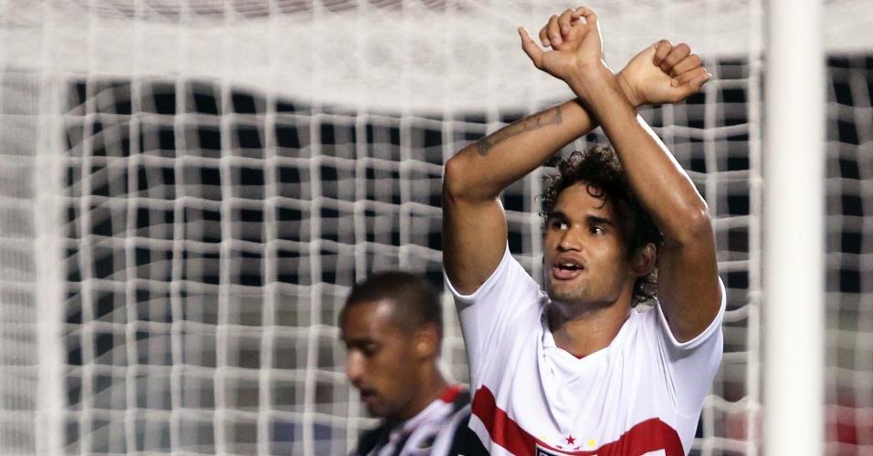 Willian José comemora seu terceiro gol na vitória do São Paulo sobre o Paulista, no Morumbi