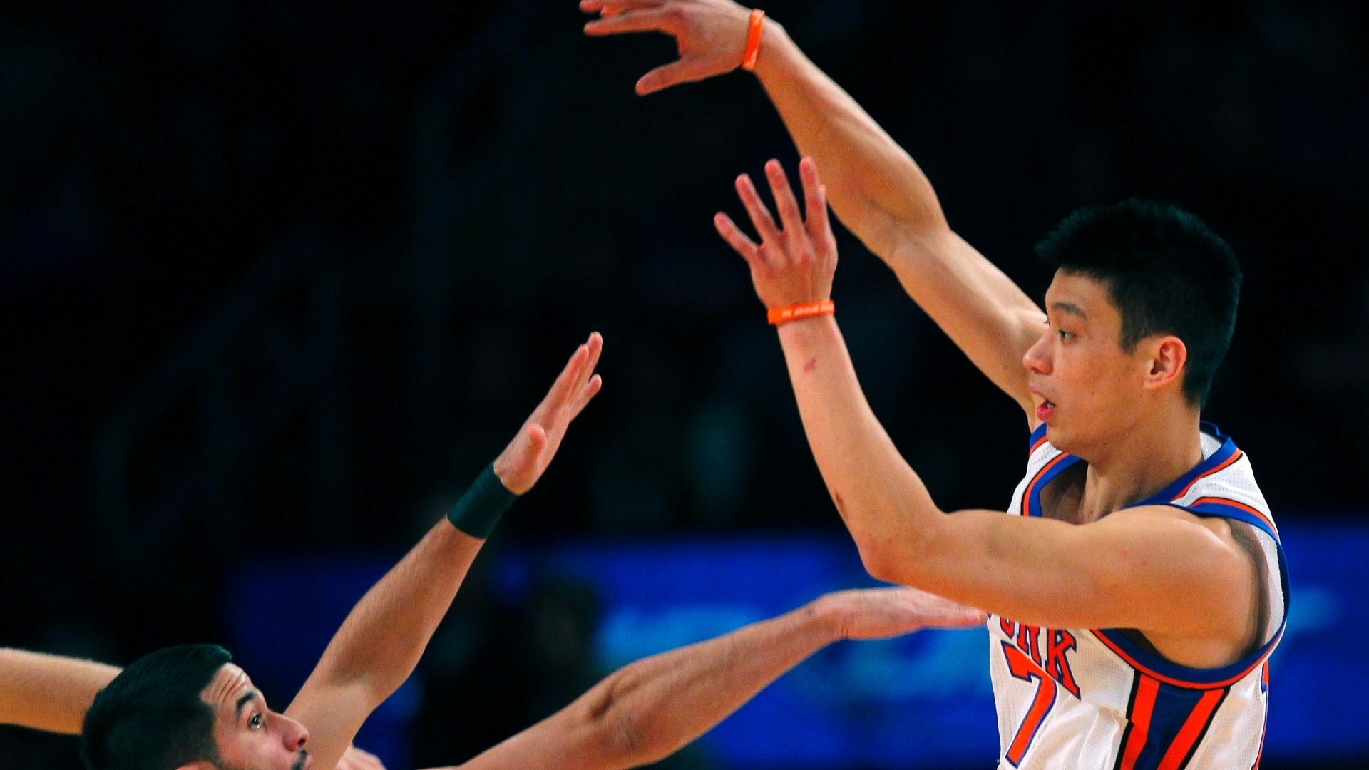 Jeremy Lin, do New York Knicks, encara marcação de Greivis Vasquez, do New Orleans Hornets, durante partida da NBA no Madison Square Garden, em Nova York