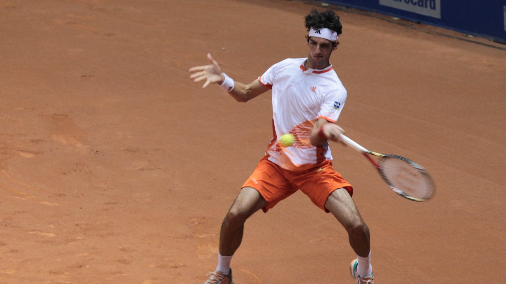 O brasileiro Thomaz Bellucci encara o italiano Filippo Volandri durante as semifinais do Aberto do Brasil