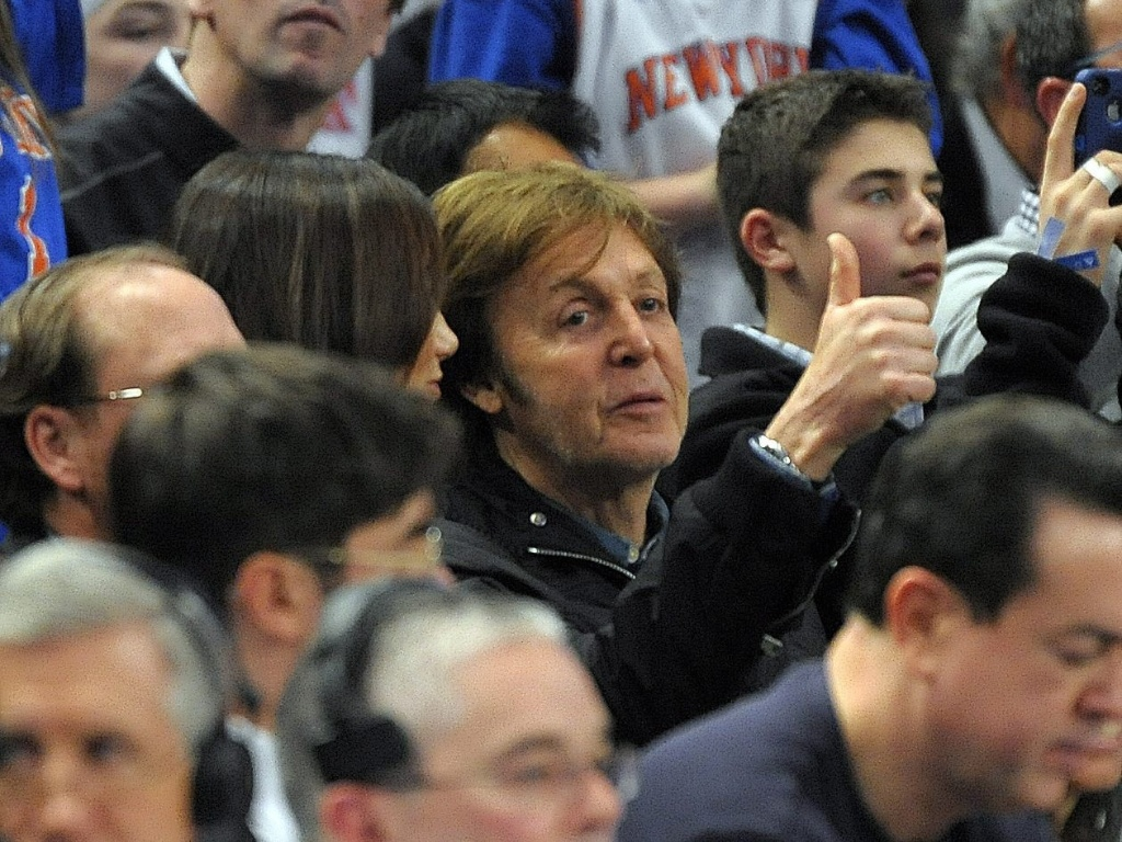 Paul McCartney assiste à partida entre New York Knicks e New Orleans Hornets