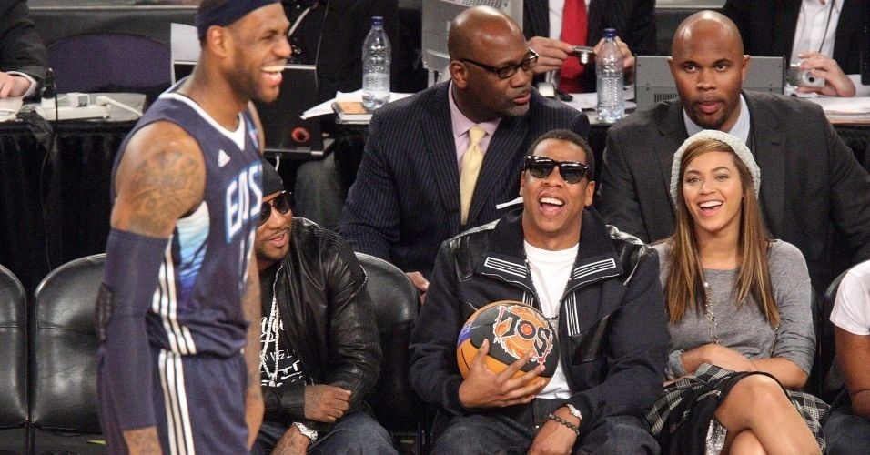 LeBron James  observado pelos cantores Jay-Z e Beyonc durante o All-Star Game de 2009