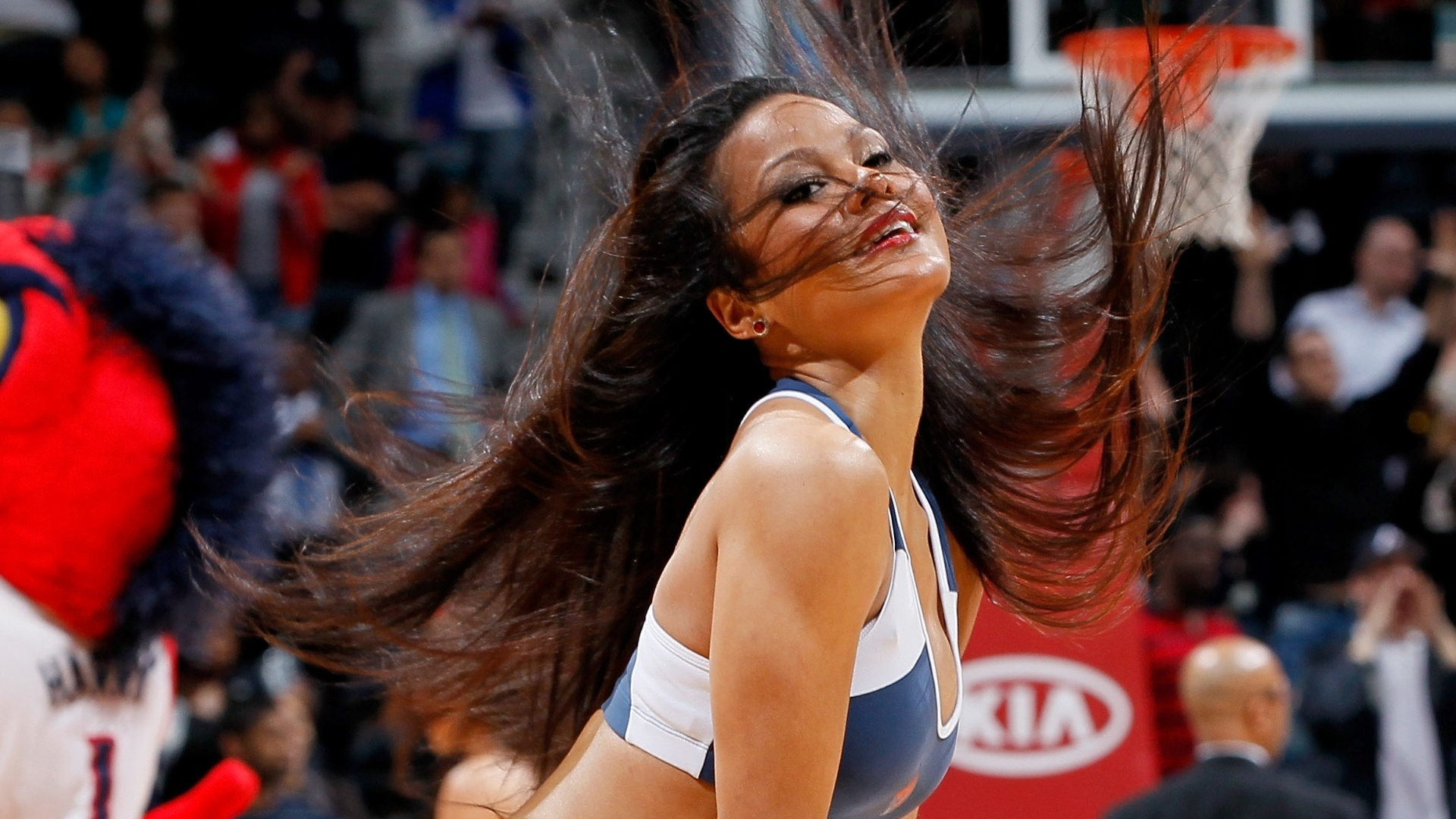 Cheerleader do Atlanta Hawks durante partida contra o Indiana Pacers em Atlanta, Georgia