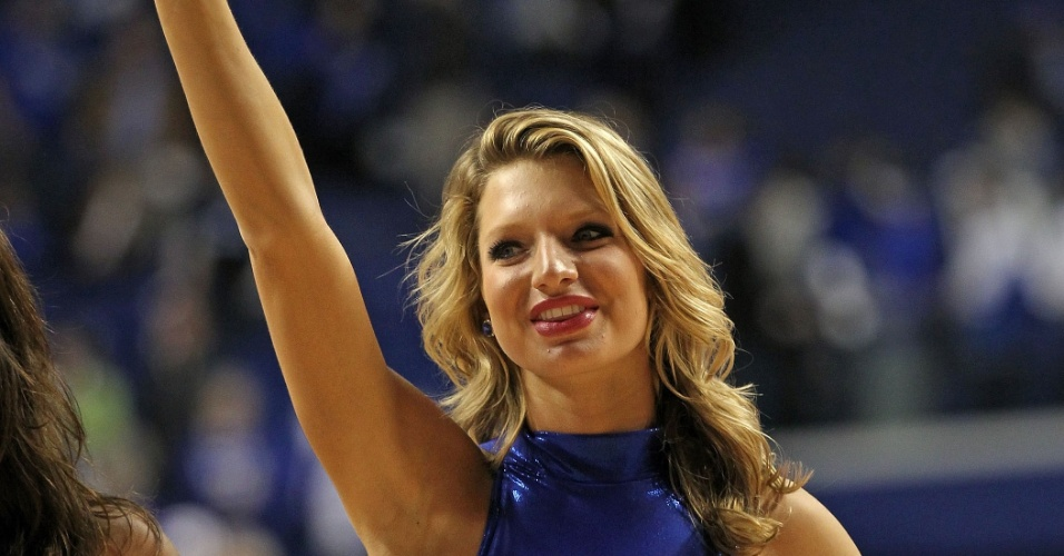 Cheerleader do Kentucky Wildcats apresenta-se durante partida contra o Florida Gators, na Rupp Arena, em Lexington, Kentucky