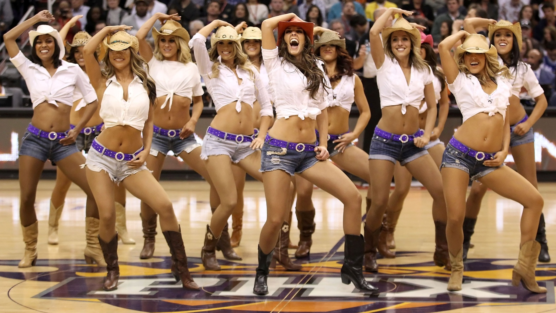 Cheerleaders do Phoenix Suns durante jogo da NBA contra o Los Angeles Lakers em Phoenix, Arizona (19/02/2012)