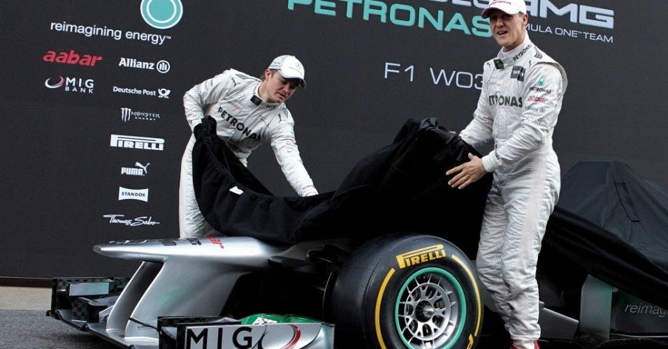 Os pilotos Nico Rosberg e Michael Schumacher revelam o modelo W03 da Mercedes