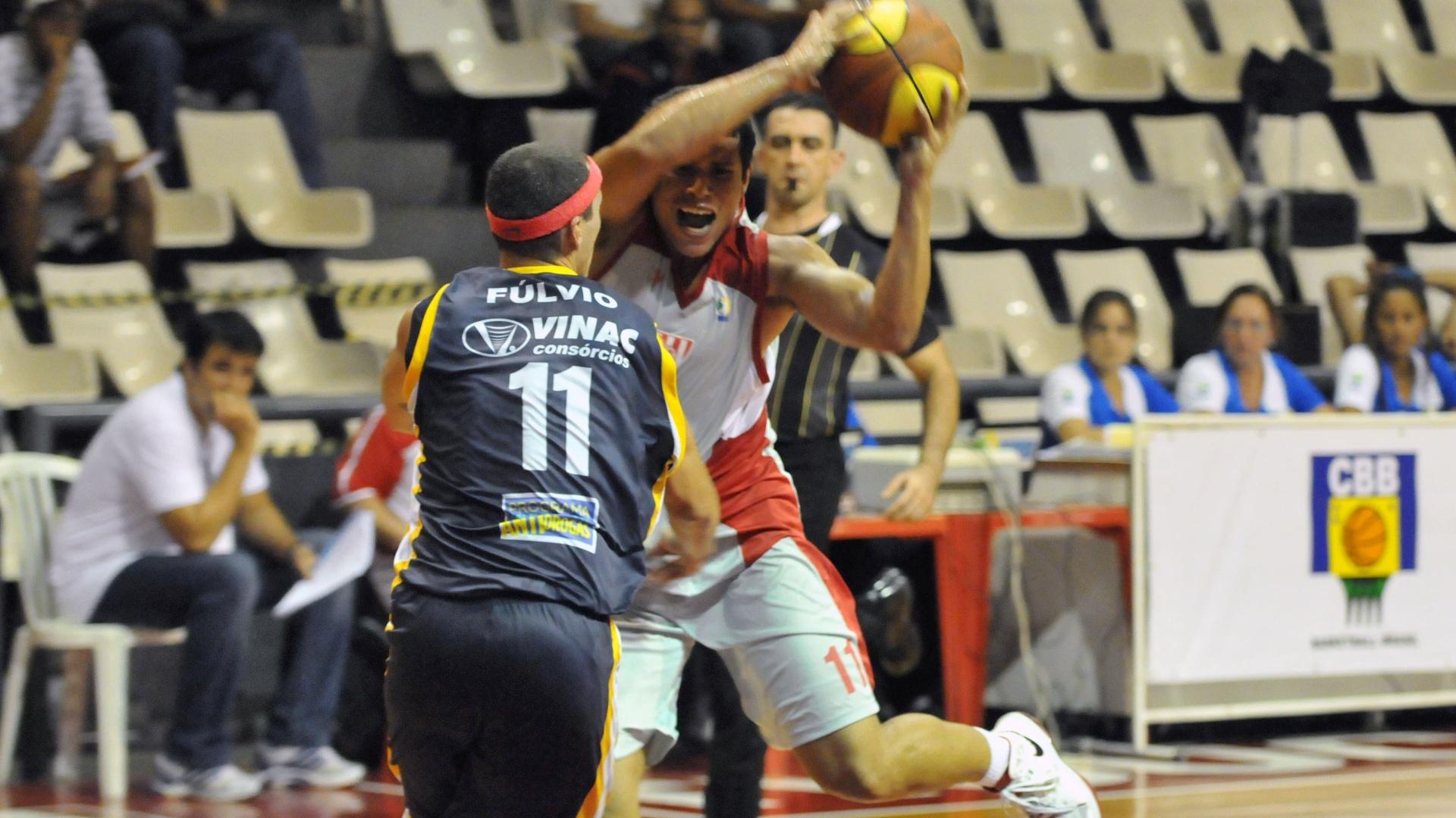 Marcellus encara a marcação de Fúlvio na partida entre Tijuca e São José (23/02/12)