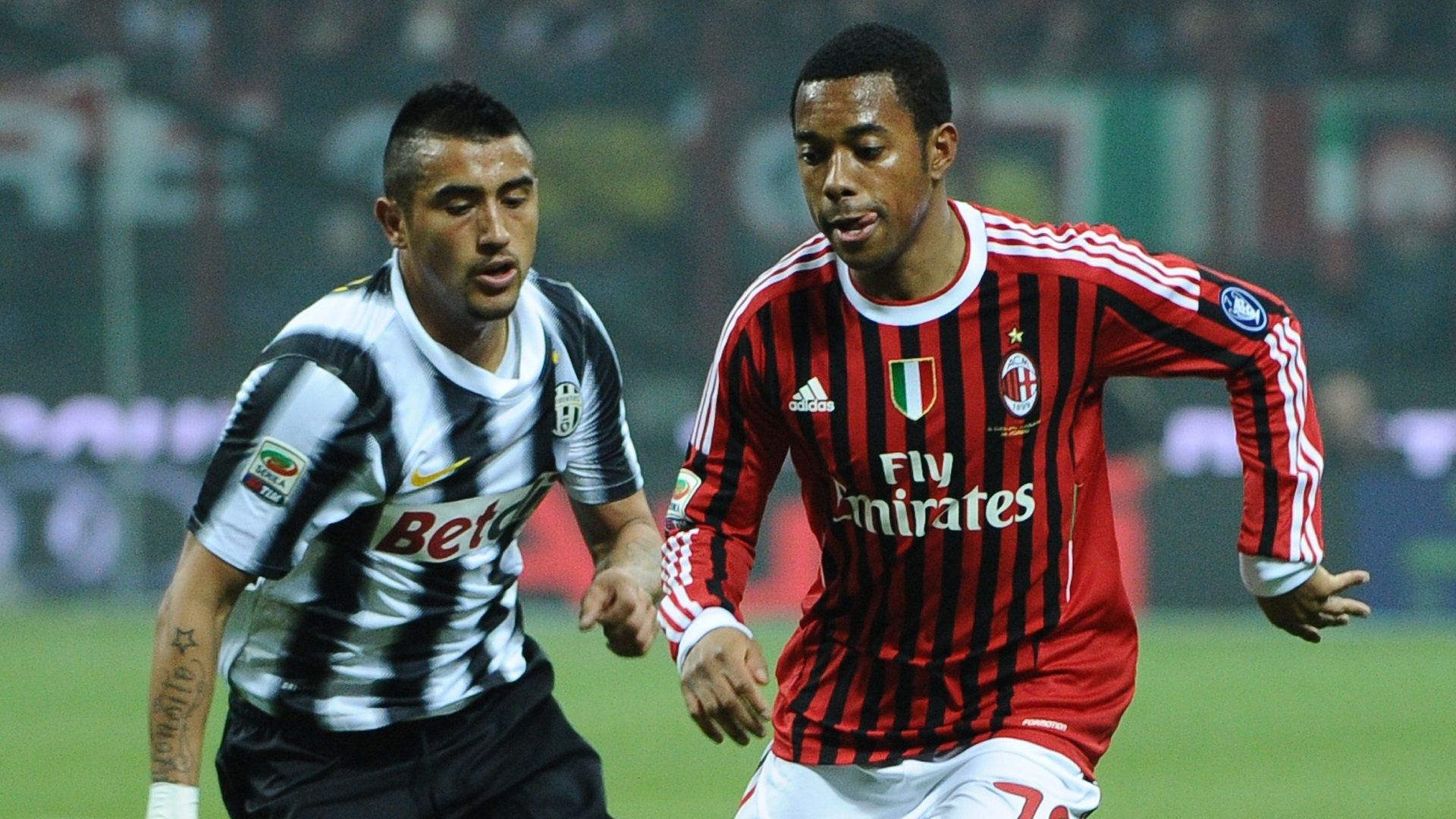 Robinho, do Milan, tenta se livrar da marcao do chileno Arturo Vidal, da Juventus, no San Siro