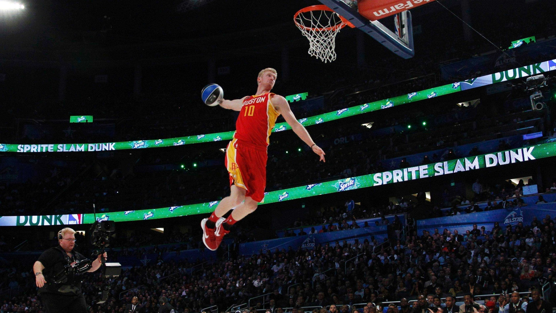 Chase Budinger, do Houston Rockets, voa para a cesta no Concurso de Enterradas