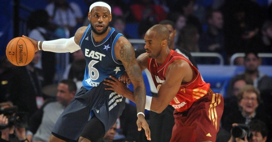 LeBron James encara a marcação de Kobe Bryant durante o Jogo das Estrelas