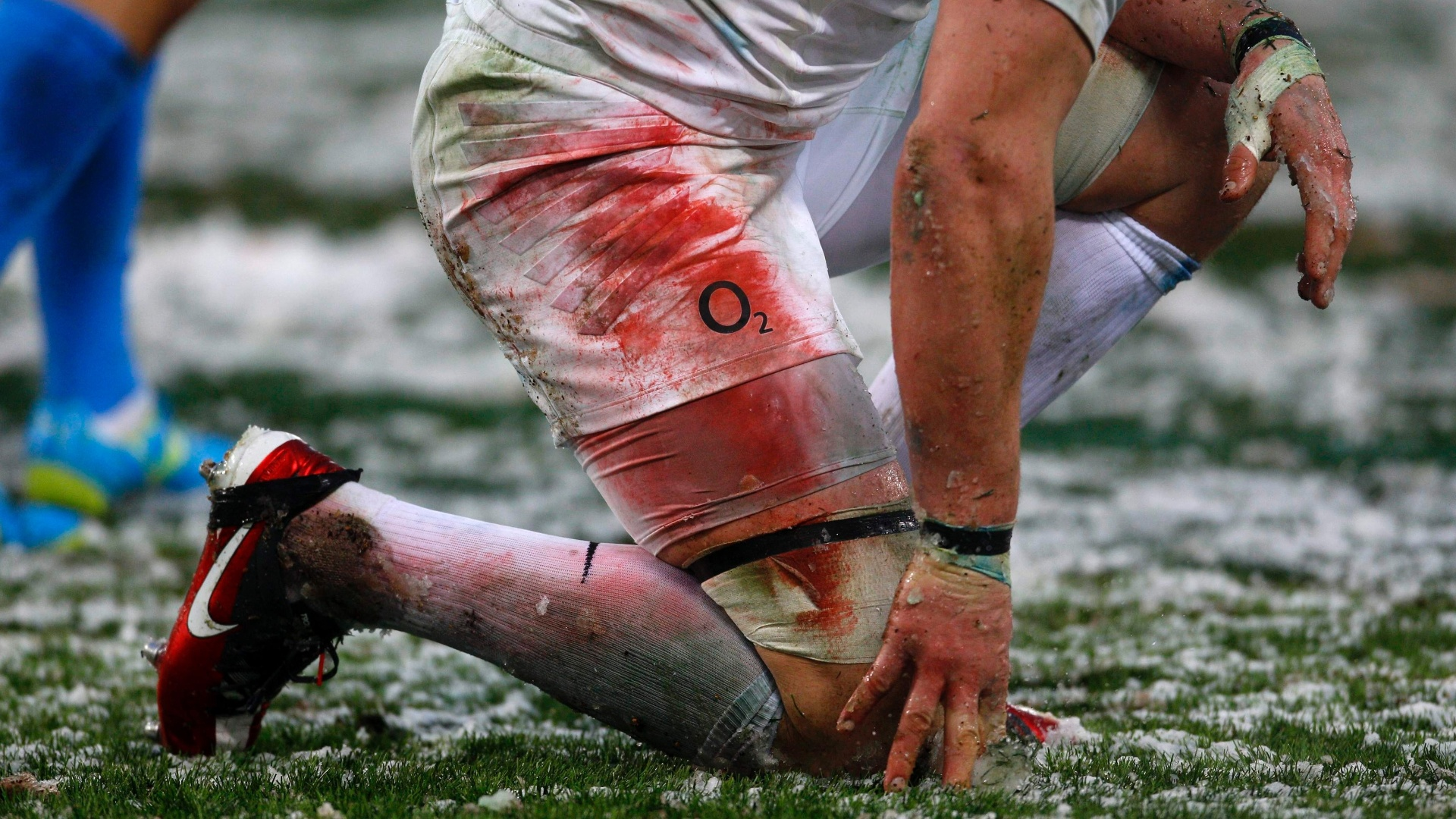 Phil Dowson, da Inglaterra, tem uniforme sujo de neve e tinta durante jogo contra a Itlia em torneio de rgbi
