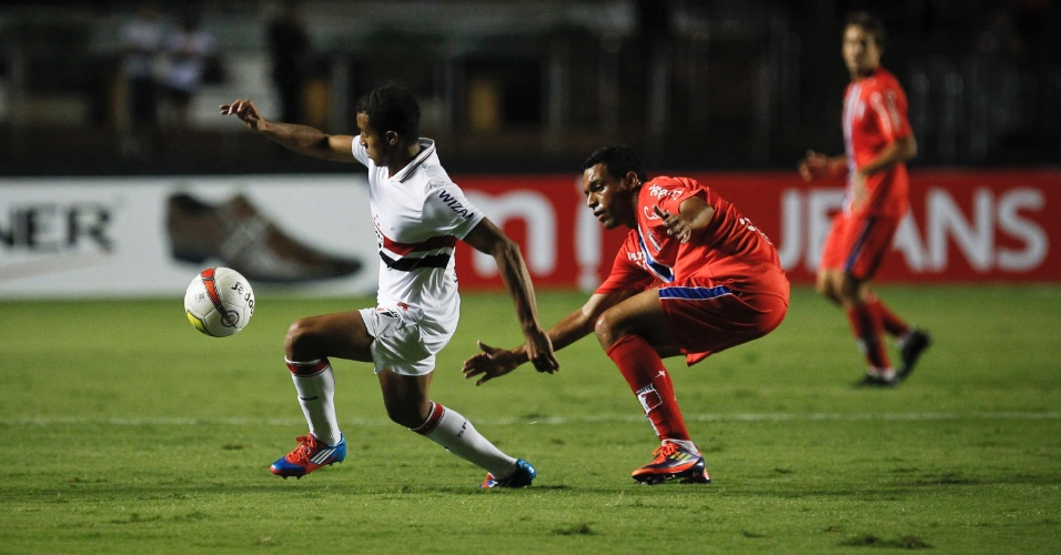 Lucas escapa da marcação durante o jogo contra o Guaratinguetá