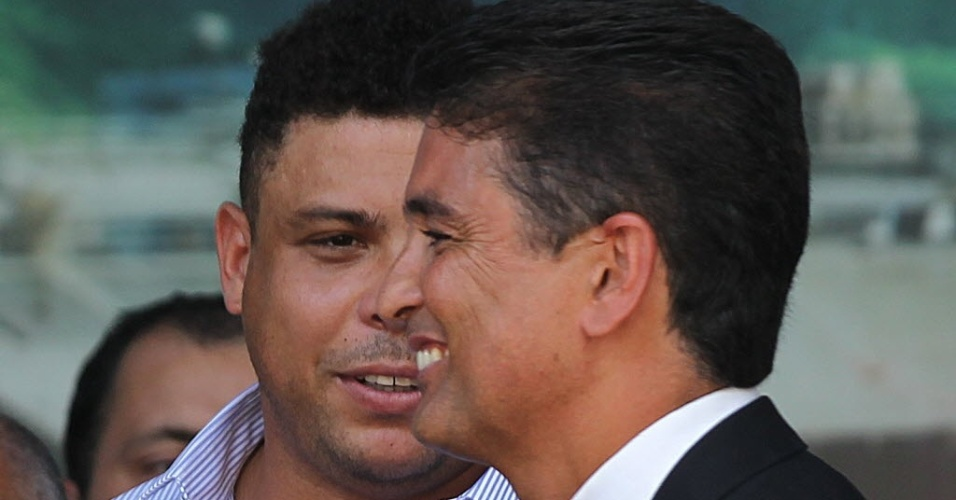 Ronaldo e Bebeto conversam durante evento pr-segurana no ambiente de trabalho no Maracan