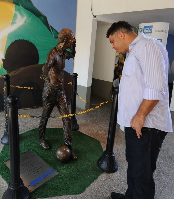 Ronaldo observa esttua em homenagem a Joo Saldanha durante evento no Maracan
