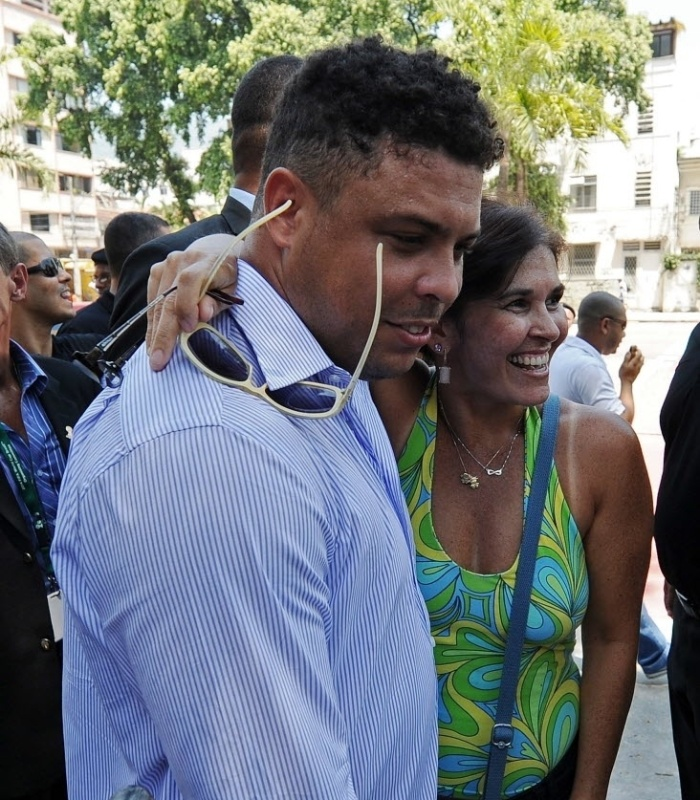 Ronaldo tira foto com f durante evento pr-segurana no ambiente de trabalho no Maracan