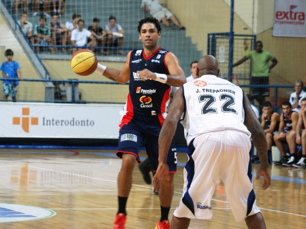 Diego encara a marcação na partida entre Limeira e Liga Sorocabana (03/03/12)