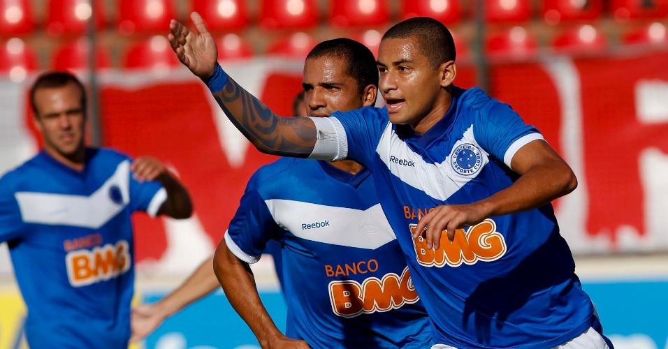 Atacante Wellington Paulista comemora gol do Cruzeiro neste sábado
