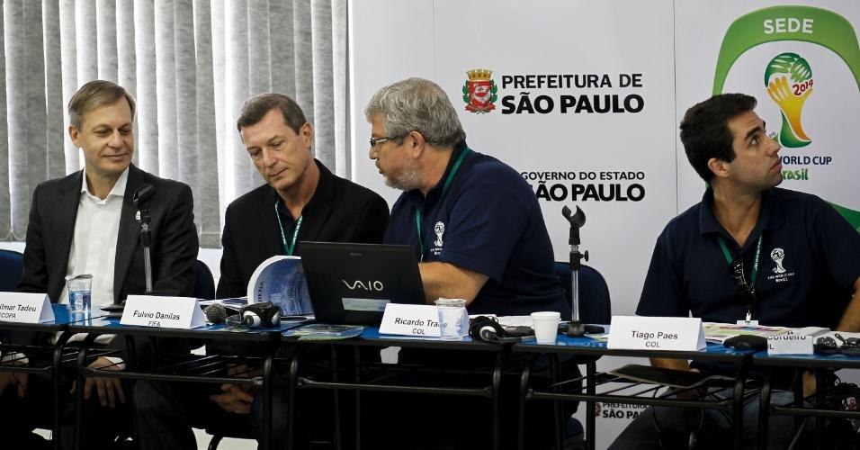 Autoridades da prefeitura de SP, do COL e da Fifa concedem entrevista após vistoria do Itaquerão (6/3/2012)