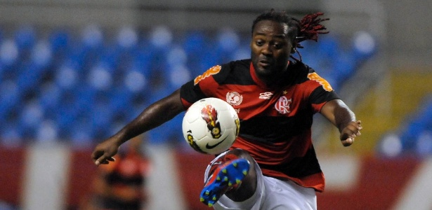 Vagner Love domina a bola durante partida entre Flamengo e Emelec, pela Libertadores