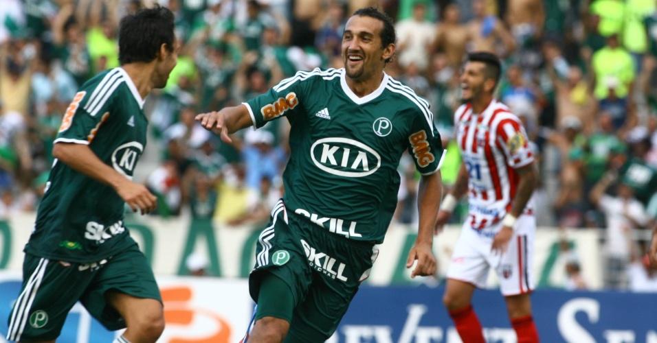 Barcos comemora com Valdivia após marcar o terceiro gol do Palmeiras contra o Botafogo-SP