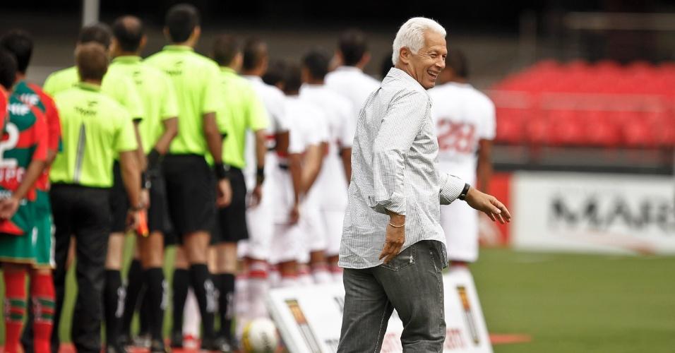 Leão, técnico do São Paulo, sorri antes do início do jogo contra a Portuguesa