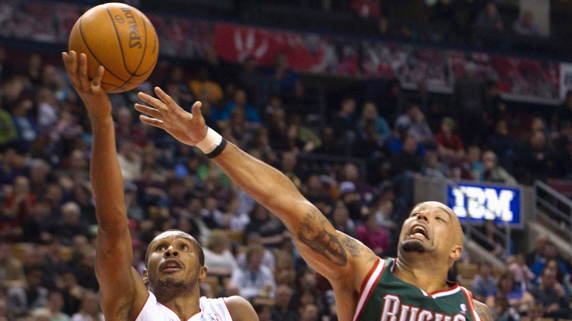 Milwaukee Bucks, de Drew Gooden, levou a melhor sobre Leandrinho, do Toronto Raptors