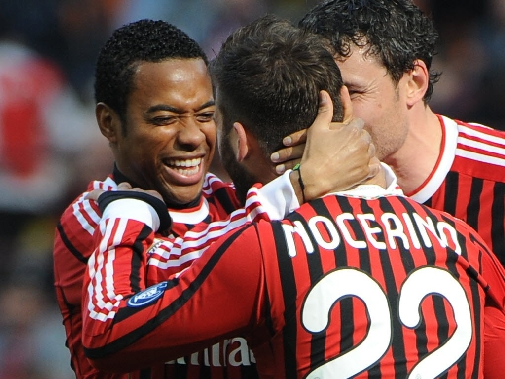 11.mar.2012 - Nocerino  parabenizado por Robinho ao marcar pelo Milan contra o Lecce, na vitria por 2 a 0 pelo Campeonato Italiano