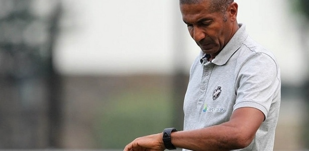 O técnico do Vasco, Cristóvão Borges, de olho no tempo durante jogo pela 3ª rodada da Taça Rio