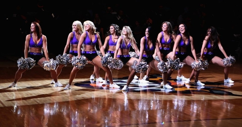 Cheerleaders do Phoenix Suns fazem coreografia antes do duelo com o Minnesota Timberwolves 