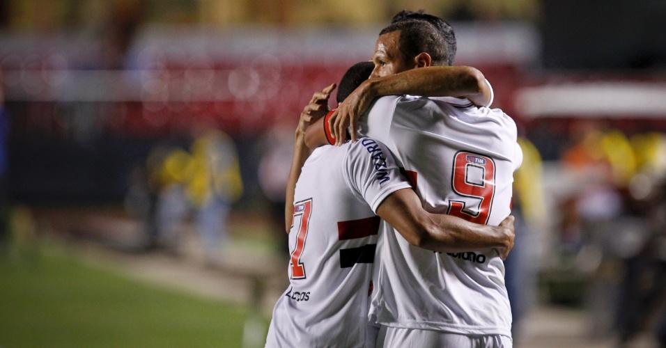 Jogadores do São Paulo comemoram o segundo gol do time na partida contra o Independente, marcado por Luis Fabiano
