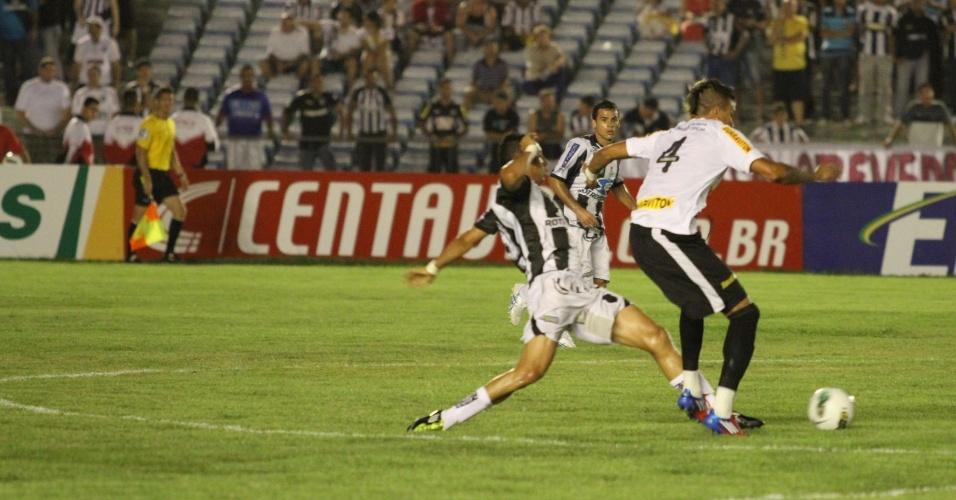 Fábio Ferrera, do Botafogo, tenta roubar a bola do jogador do Treze
