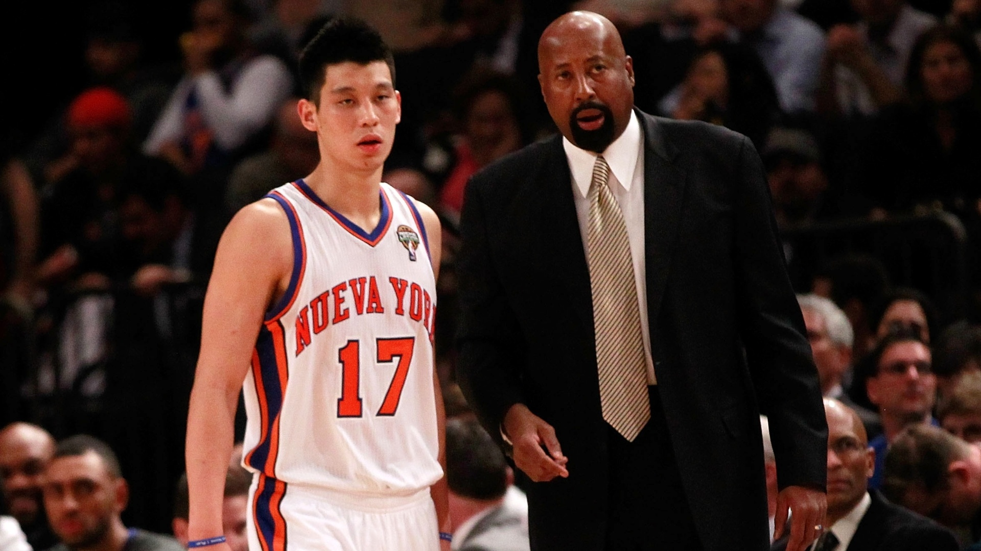Jeremy Lin conversa com o técnico interino Mike Woodson na vitória do New York Knicks sobre o Portland Trail Blazers (14/03/12)