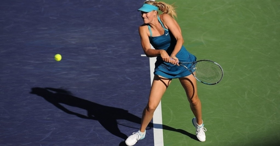 Maria Sharapova rebate saque de Maria Kirilenko durante partida entre as russas em Indian Wells