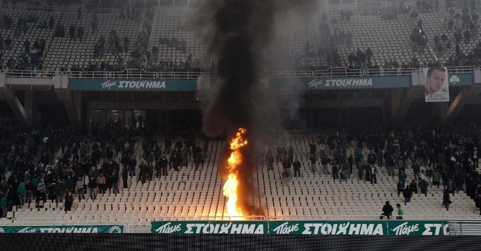 Confrontos entre torcedores do Panathinaikos e polícia obrigaram as autoridades a encerrar o clássico contra o Olympiakos