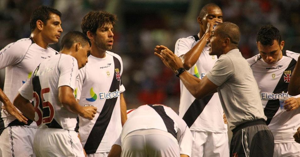 Cristovão Borges passa orientações para jogadores do Vasco durante a partida contra o Botafogo